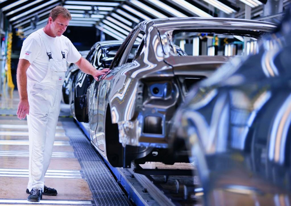 Audi Produktion Ingolstadt ? Lackiererei /Jede Lackierung muss bei der Qualitaetspruefung den kritischen Augen der Mitarbeiter im Finishbereich Stand halten.